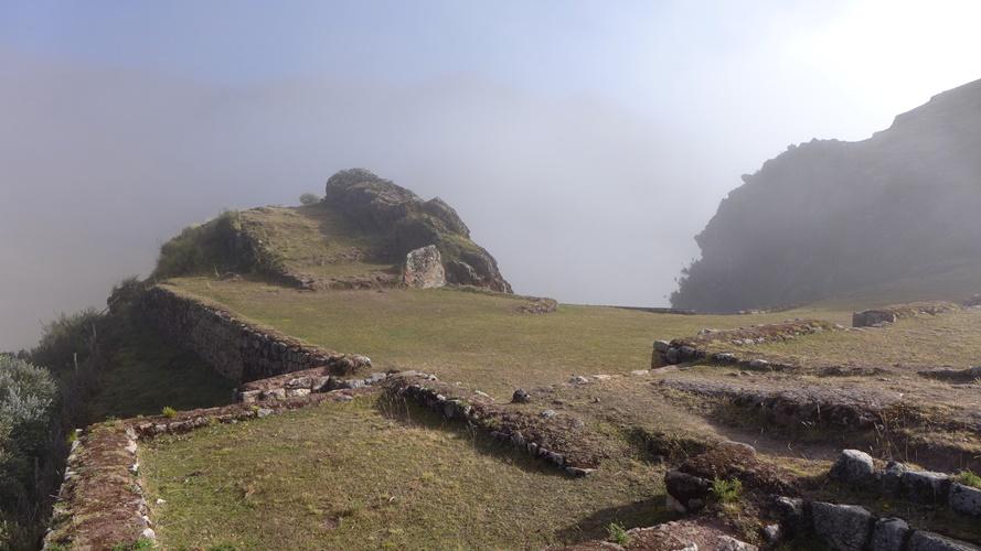 Lever de brume sur les ruines de Pucamarca