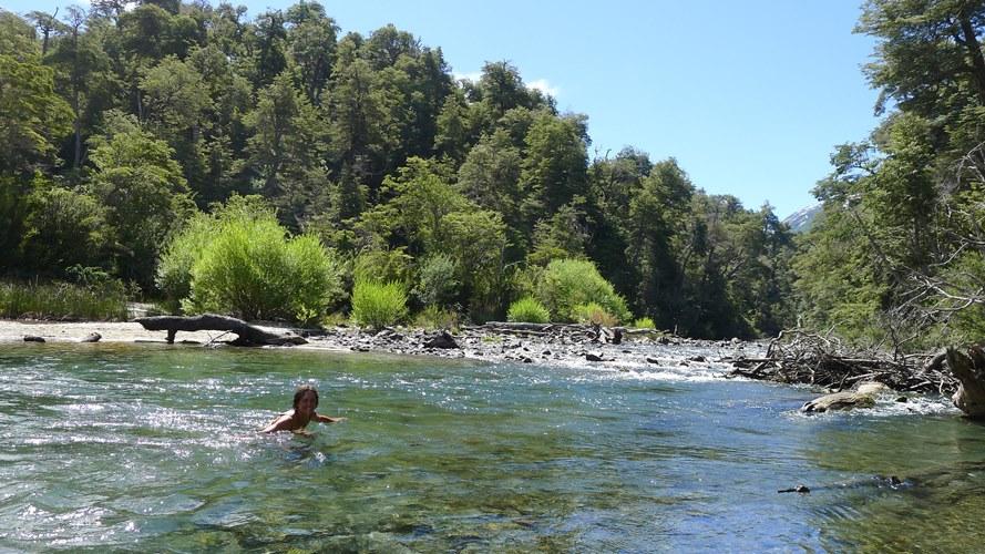 Baignade dans la rivière du lac Espejo Chico