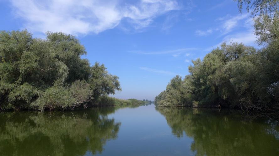Un large canal